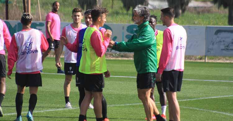 Pablo Alfaro bromeando con Alberto del Moral al que recupera para recibir el domingo al Real Murcia.