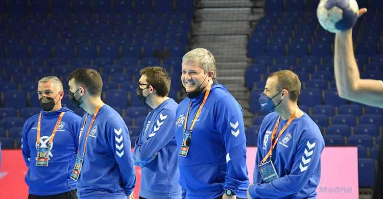 Paco Bustos sonríe departiendo con Miguel Ángel Moriana en el Wizink Center de Madrid.