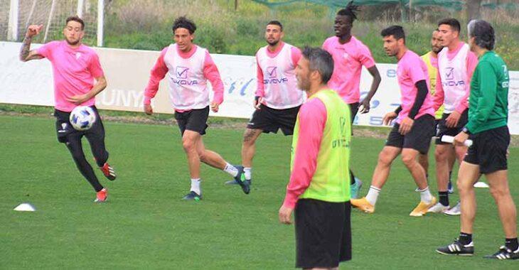Pablo Alfaro siguiendo el entrenamiento de sus hombres, con Piovaccari en primer término.Pablo Alfaro siguiendo el entrenamiento de sus hombres, con Piovaccari en primer término.
