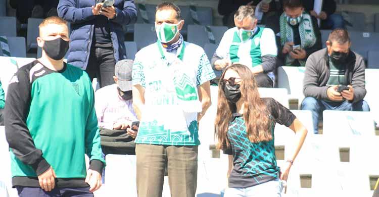 Varios aficionados en el último partido en El Arcángel ante el Betis Deportivo.