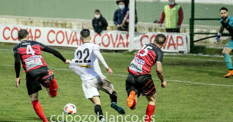 La jugada del más que posible penalti a David España que reclamaron los locales. Foto: Peter Font / cdpozoblanco.es