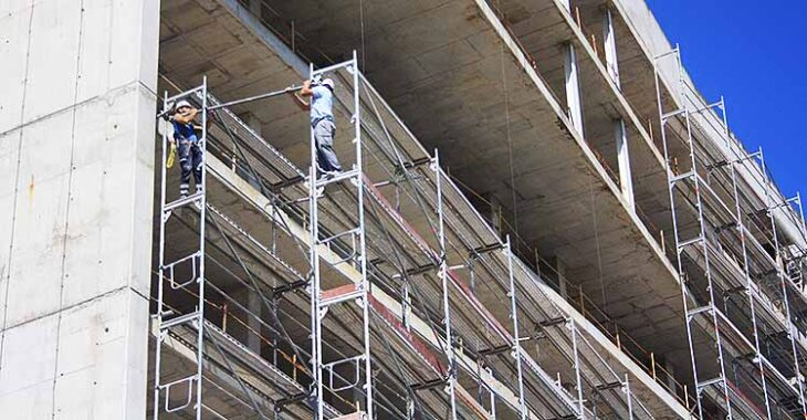 Varios operarios montando nuevos andamios en la fachada de la Preferencia de El Arcángel.