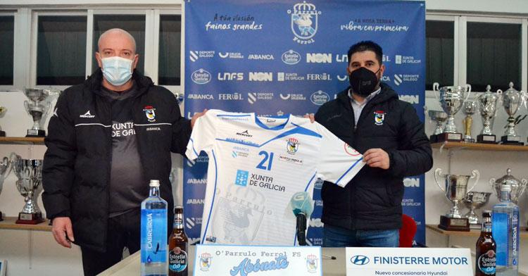 Maca en su presentación junto al director deportivo Iván López. Foto: O Parrulo FS