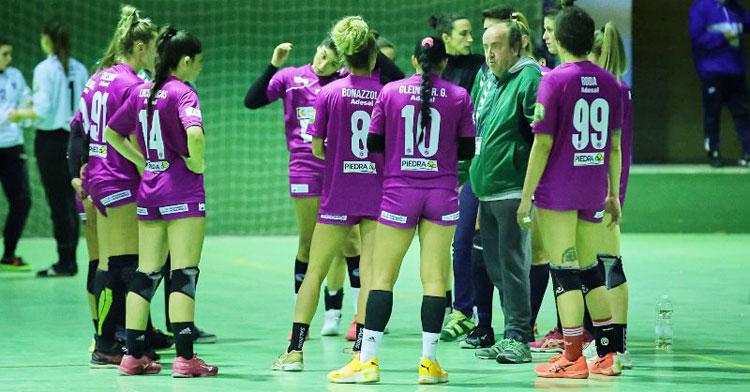 Rafa Moreno dirigiéndose a sus jugadoras en un tiempo muerto. Foto: Fran Pérez / Balonmano Adesal