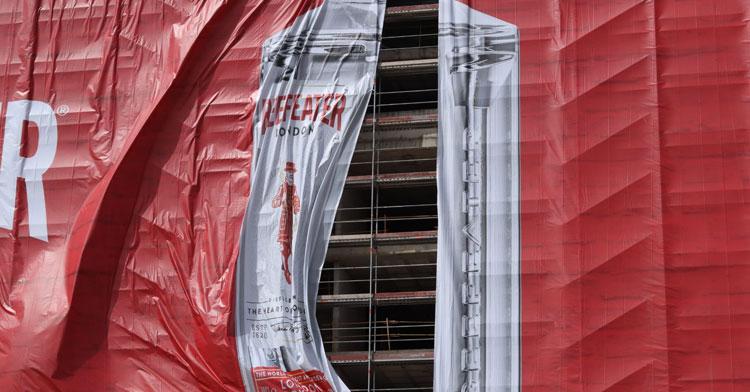 Una ráfaga de aire obligó a recolocar una de las dos partes de la lona cuando ya llevaba unas horas colocada. Autor: Carlos Hidalgo