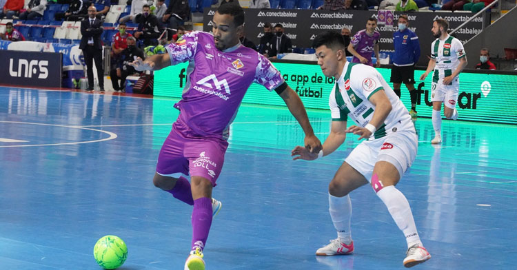 Shimizu encimando a un jugador del cuadro balear. Foto: Palma Futsal