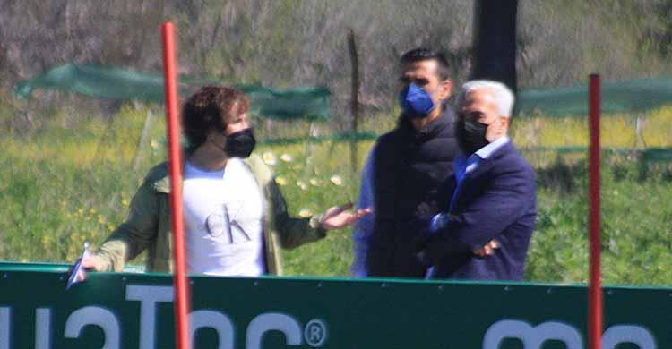 Raúl Cámara gesticula ante Miguel Valenzuela y Juanito en un entrenamiento del Córdoba