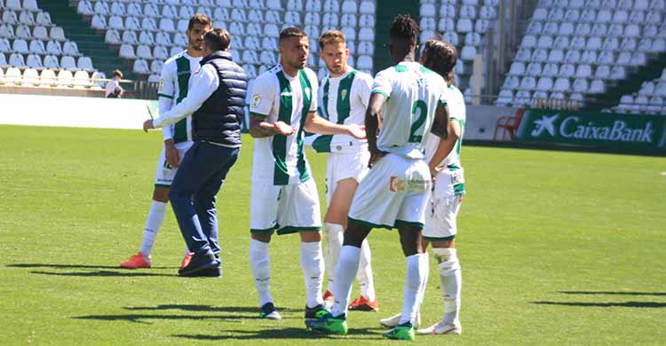 Xavi Molina pidiendo explicaciones a Djetei y Mario Ortiz a la conclusión del partido ante el Betis Deportivo.