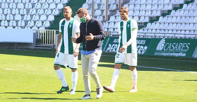 Bernardo Cruz abandonando el terreno de juego el pasado domingo junto a Xavi Molina.