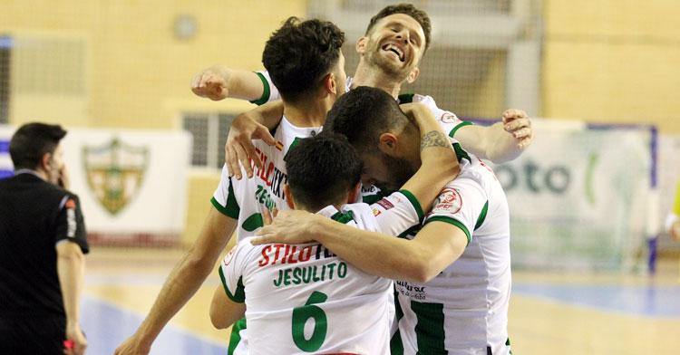 Zequi en la celebración con sus compañeros, con Cordero eufórico. Foto: Córdoba Futsal