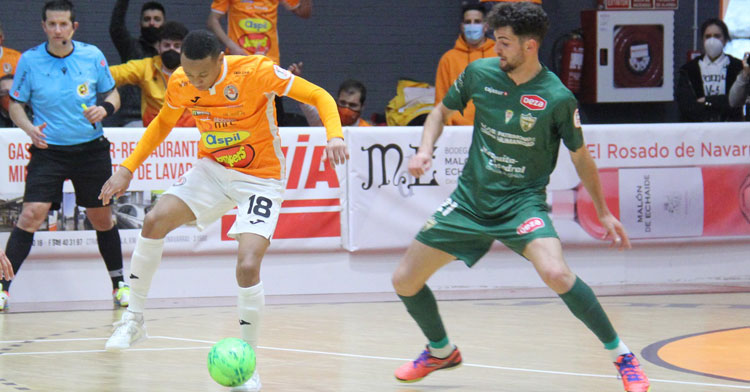 Zequi no pierde de vista a un jugador tudelano. Foto: Ribera Navarra FS