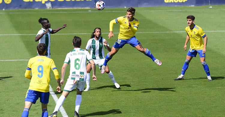 Boselli cabeceando para lograr el primer gol cadista de la pasada jornada.
