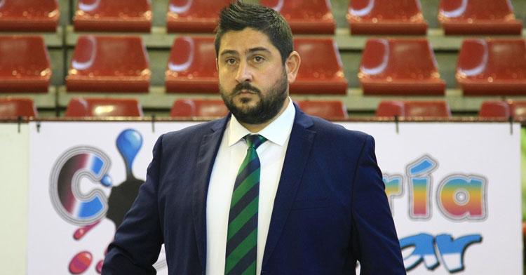 Josan González, pensativo antes de un partido. Foto: Córdoba Futsal