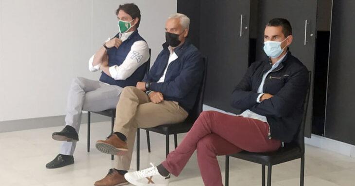 Juanito, Miguel Valenzuela y Adrián Fernández escuchando a Javier González Calvo.
