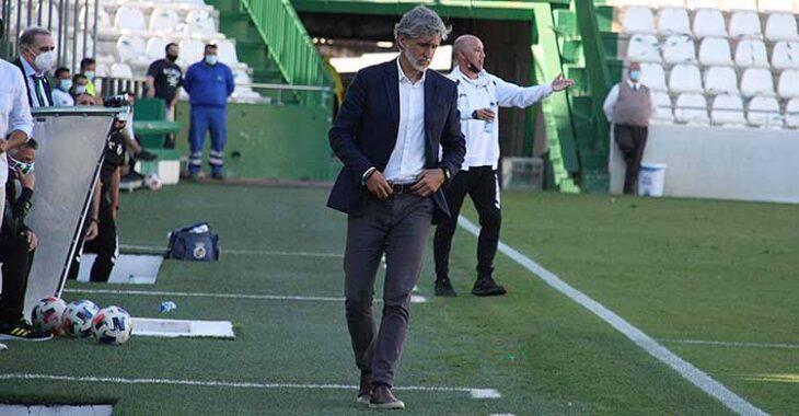 Pablo Alfaro, cabizbajo, en los minutos finales del partido ante La Balona.