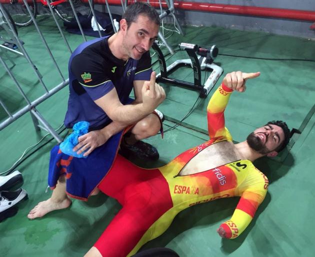 Alfonso Cabello muestra su pulgar mientras se recupera del esfuerzo realizado para sumar un nuevo título mundial.