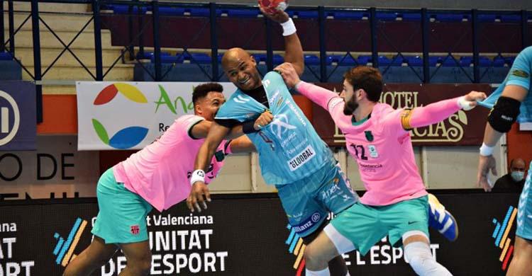 Anderson Mollino armando los brazos entre dos jugadores del Barça. Anderson Mollino armando los brazos entre dos jugadores del Barça.