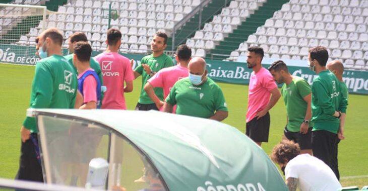 Andrés Armada departiendo con los jugadores del filial que trabajaron al margen del grupo.