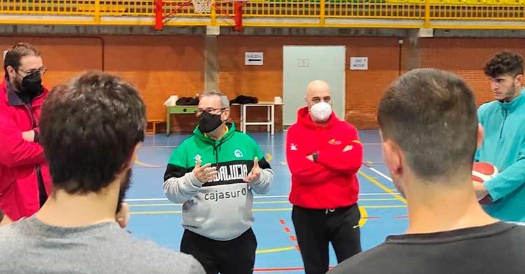 Ángel Tripiana durante una charla con sus jugadores.