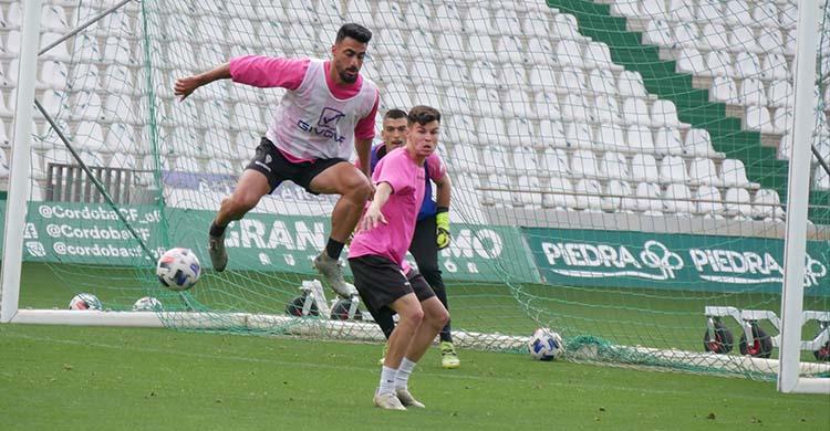 Antonio Moyano adelantándose a Luismi en el entrenamiento de este jueves.