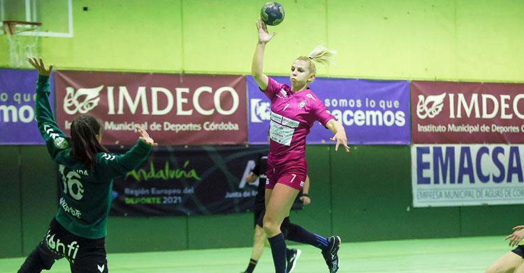 Armina Isic lanza una vaselina ante la meta de las lanzaroteñas. Foto: Fran Pérez / Balonmano Adesal