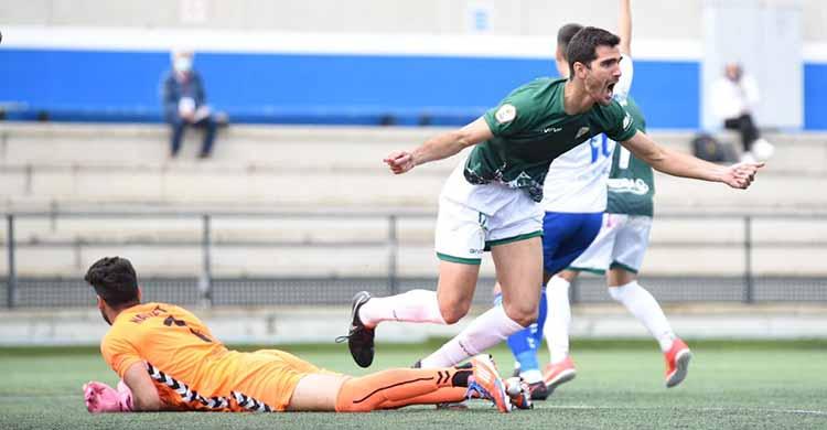 Bernardo Cruz celebra el gol de la victoria tras batir al meta canario