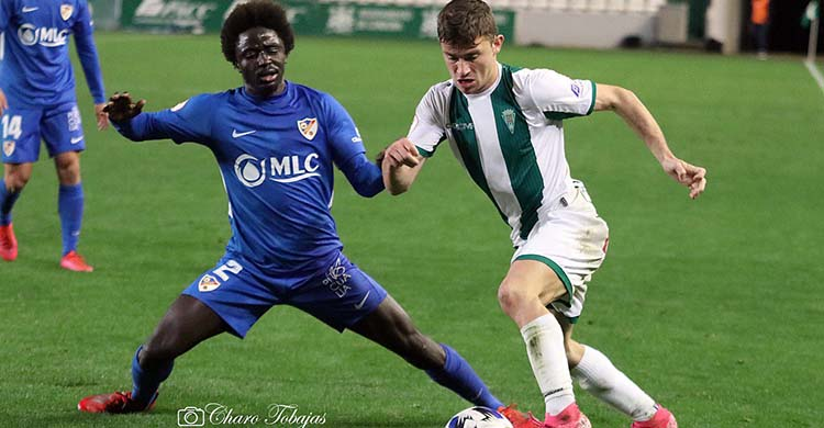 Berto Espeso avanzando ante un jugador del Linares.