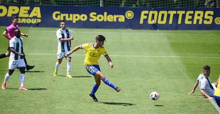 Vázquez marcando el segundo gol del Cádiz B ante la impotencia blanquiverde.