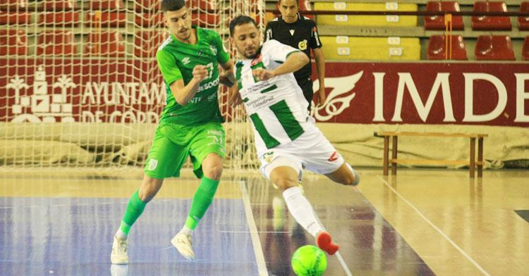 Caio César peleando un balón con un jugador del UMA Antequera. Foto: Córdoba Futsal