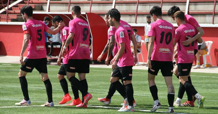 Los jugadores celestes, aquí de fucsia, en su último partido hasta el momento, en La Palma. Foto: Ciudad de Lucena