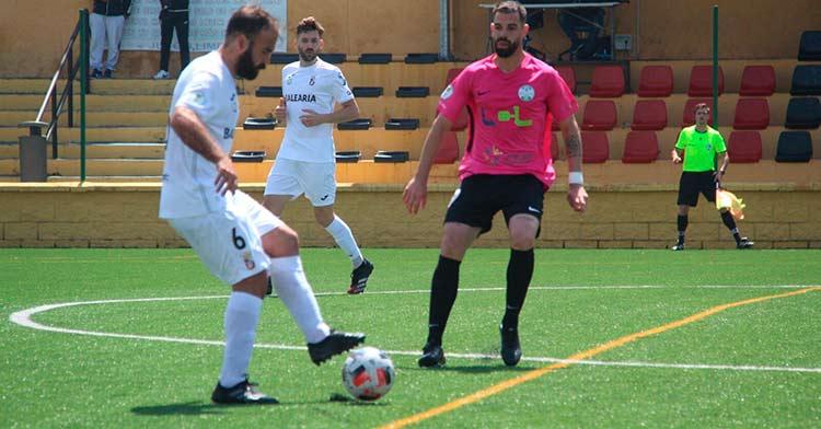 Juan Delgado presionando a un rival del Ceuta. Foto: Javier Vereda