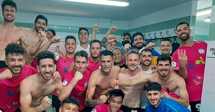 La alegría de la plantilla del Ciudad de Lucena tras la victoria en Ceuta (2-3).