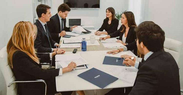 Los profesionales de Invepat en una reunión de su consultora.