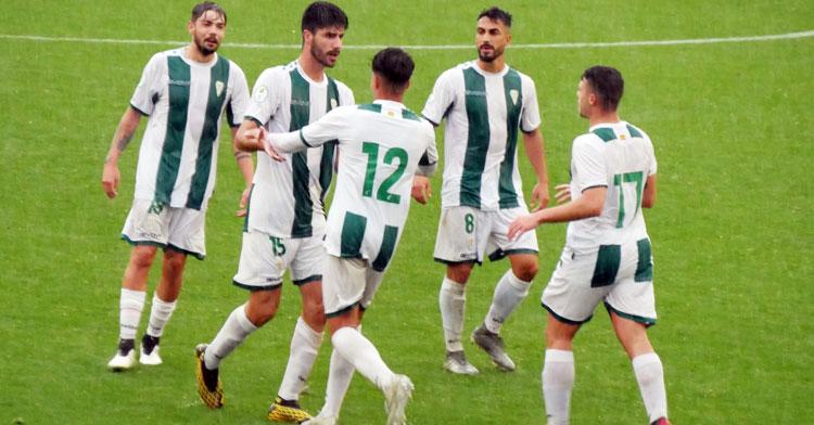 Los jugadores del Córdoba B celebrando el tanto de Visus ante el Antoniano. Foto: CCF