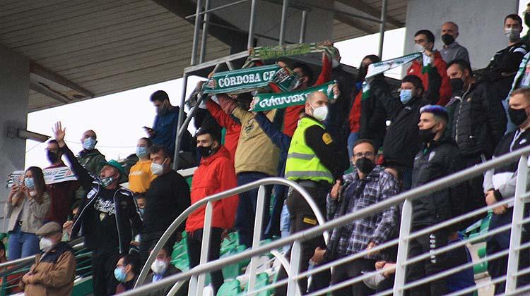 El cordobesismo con sus bufandas al aire en el último partido ante el Tamaraceite.
