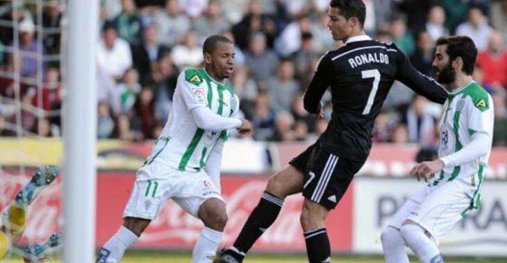 Cristiano Ronaldo en la acción de su expulsión entre Edimar y Crespo.