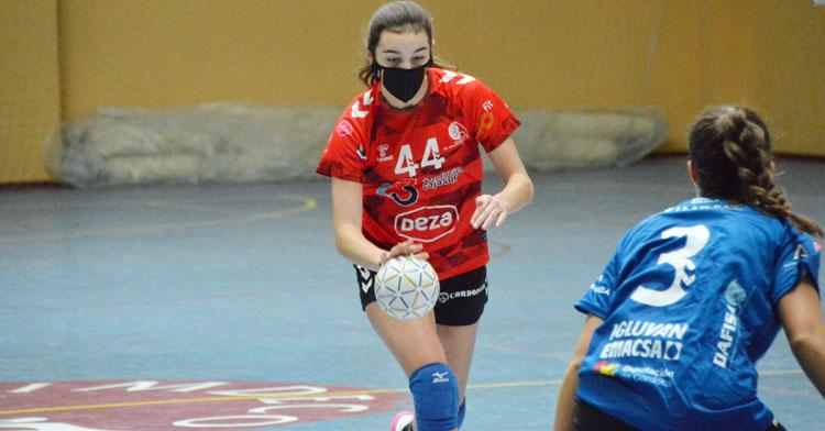 Elena Torres, con la 'nueva normalidad' balonmanística también, en un partido con el Córdoba de Balonmano. Foto: CBM