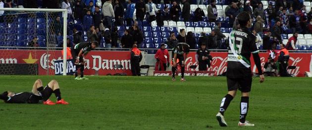Hundidos y rotos. La imagen final que dejó el partido ante el Espanyol vale más que mil palabras.Hundidos y rotos. La imagen final que dejó el partido ante el Espanyol vale más que mil palabras.