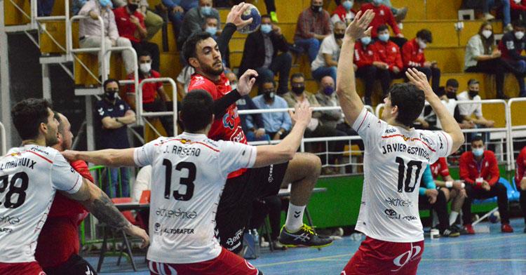 Esteban López intenta encontrar un compañero ante la defensa rival en el primer partido en casa de la fase de ascenso ante el UBU San Pablo Burgos. Foto: CBM