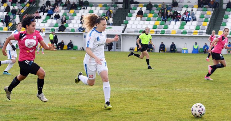 Felicite buscando el balón en el partido de ida ante el Alhama. Foto: CD Pozoalbense