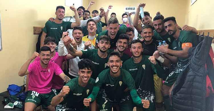 Los jugadores del filial celebrando su amplio triunfo en Lebrija en el vestuario.