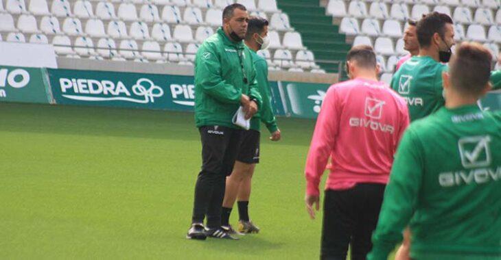 Germán Crespo observando a la plantilla en la lejanía en su primer día al frente del Córdoba CF.