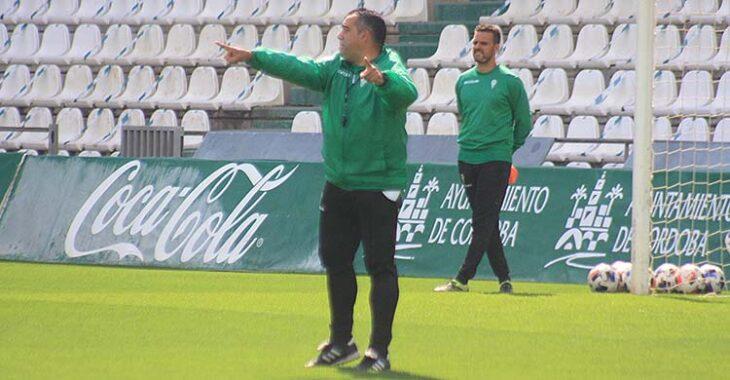 Germán Crespo dando instrucciones en su primer día de trabajo con el Córrdoba CF.