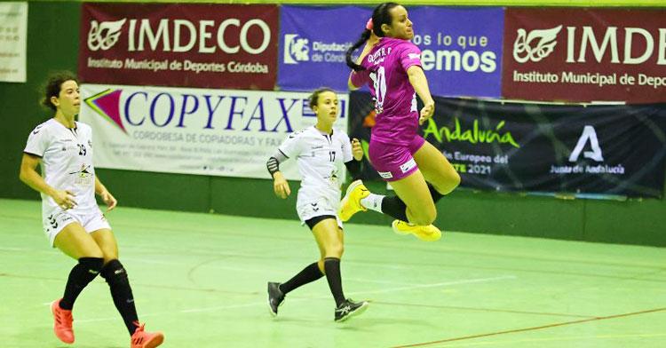 Gleinys Reyes volando para anotar en un contraataque. Foto: Fran Pérez / Balonmano Adesal