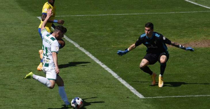 Javi Flores encarando al meta del Cádiz en la mejor oportunidad del Córdoba CF en la primera parte.