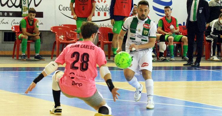 Jesulito en el momento justo de batir a Juan Carlos en el partido del pasado sábado ante la UMA. Foto: Córdoba Futsal