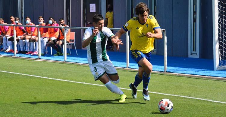 Jesús Álvaro persiguiendo a un jugador del Cádiz B.