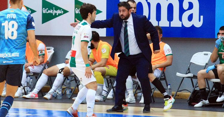 Josan González dando órdenes desde su banquillo. Foto: Córdoba Futsal