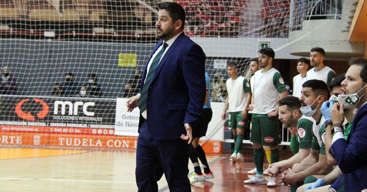 Josan González siguiendo el juego desde la banda. Foto: Ribera Navarra FS