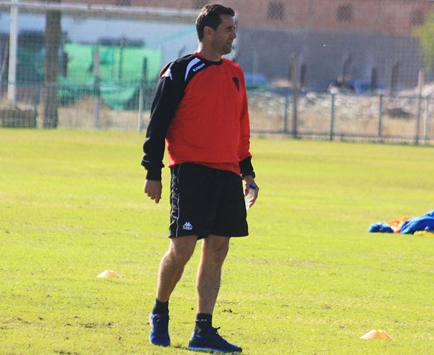 Juan Merino siguiendo las evoluciones de los jugadores del Córdoba en 2017.